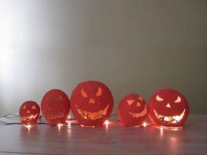 Foto: Halloween-Kürbisse, die von Schüler_innen der Klasse Soz 17 der Sozialassistentenausbildung im Rahmen des Interkulturellen Kalenders gebastelt wurden.