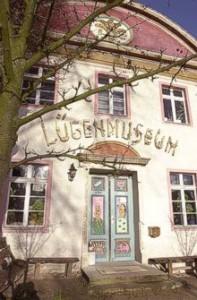 Portal des Lügenmuseums am ehemaligen Standort in Gantikow (CC)