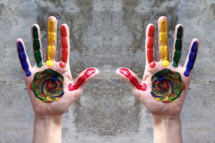 Hände mit bunter Farbe für Schule ohne Rassismus